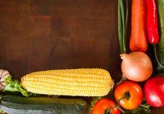 Здоровые овощи на деревянном столе стоковое изображение rf
