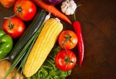 Здоровые овощи на деревянном столе стоковые изображения