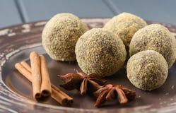 Здоровые домодельные помадки шоколада в мякишах хлеба украшенных с Стоковые Изображения