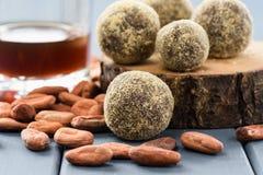 Здоровые домодельные помадки шоколада на деревянных слябах с кофе и Стоковые Изображения