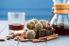 Здоровые домодельные помадки шоколада на деревянных слябах с льют над c Стоковые Изображения