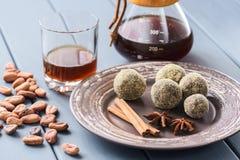 Здоровые домодельные помадки шоколада с сырцовыми бобами кака и специей Стоковые Изображения RF