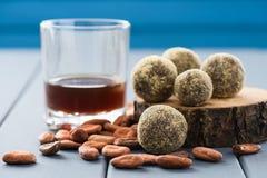 Здоровые домодельные помадки шоколада с сырцовыми бобами кака и coffe Стоковые Изображения