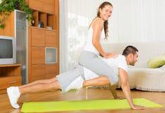Здоровые пары делая фитнес Стоковое Изображение