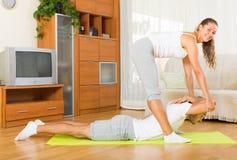 Здоровые пары делая фитнес Стоковое Фото
