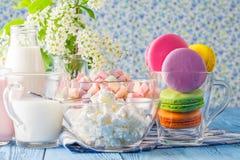 Здоровые печенья Macaroons завтрака с молоком Стоковое Изображение