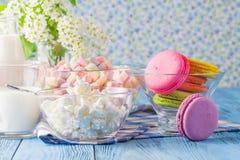 Здоровые печенья Macaroons завтрака с молоком Стоковые Фотографии RF