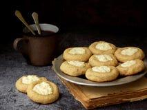 Здоровые печенья Thumbprint чизкейка арахисового масла Очень вкусный домодельный shortbread и чашка чаю на темной предпосылке ско Стоковое фото RF