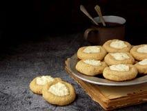 Здоровые печенья Thumbprint чизкейка арахисового масла Очень вкусный домодельный shortbread и чашка чаю на темной предпосылке ско Стоковые Изображения