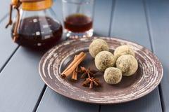 Здоровые помадки шоколада в crubms хлеба с специями и льют ov Стоковое фото RF