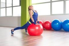 Здоровые простирания женщины на шарике Стоковая Фотография RF