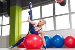 Здоровые простирания женщины на шарике Стоковая Фотография
