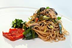 Здоровые спагетти с грибами и морской водорослью. Стоковая Фотография RF