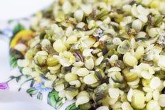 Здоровые съестные семена пеньки с грубой молотилкой стоковая фотография