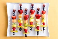 Здоровые тропические kebabs плодоовощ лета Стоковые Фотографии RF