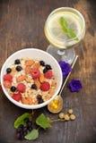 Здоровые хлопья для завтрака с гайками и ягодами стоковые изображения rf