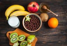 Здоровые шарики, молоко и плодоовощ шоколада хлопий для завтрака на деревянной предпосылке Стоковые Фотографии RF