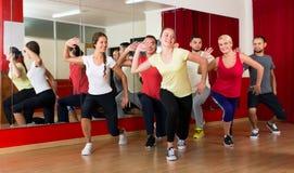 Здоровые люди танцуя в спортзале Стоковая Фотография