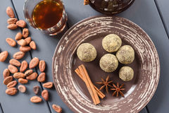 Здоровые bonbons шоколада с специями, сырцовыми бобами кака и coffe Стоковое фото RF