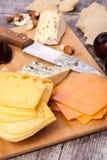 Здоровые snaks от разного вида сыра, гаек и слив Стоковая Фотография RF