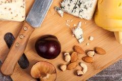 Здоровые snaks от разного вида сыра, гаек и слив Стоковая Фотография