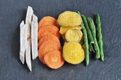Здоровые vegetable обломоки, высушенные, зажаренные овощи Стоковая Фотография RF