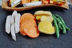 Здоровые vegetable обломоки, высушенные, зажаренные овощи Стоковые Изображения RF