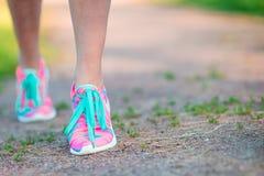 Здоровый активный спортсмен женщины образа жизни связывая идущие ботинки Sporty девушка получая готовый для jogging разминки Круп Стоковые Изображения RF