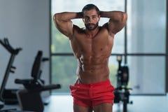 Здоровый латинский человек с 6 пакетами стоковые фотографии rf