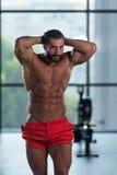 Здоровый латинский человек с 6 пакетами Стоковая Фотография