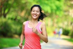 Здоровый бегун женщины на парке стоковое фото