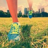 Здоровый бегун образа жизни - идущие ботинки на женщине Стоковые Изображения RF