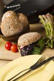 Здоровый бургер на деревянной доске около плиты Стоковое Изображение