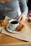 Здоровый завтрак в кровати с кофе Стоковое фото RF