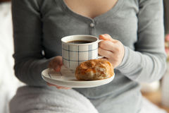Здоровый завтрак в кровати с кофе стоковые фотографии rf