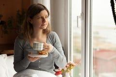 Здоровый завтрак в кровати с кофе стоковые изображения