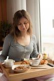 Здоровый завтрак в кровати с кофе Стоковое Изображение RF