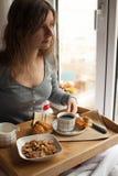 Здоровый завтрак в кровати с кофе Стоковое Фото