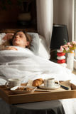 Здоровый завтрак в кровати с кофе Стоковая Фотография