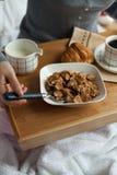 Здоровый завтрак в кровати с кофе Стоковые Изображения RF