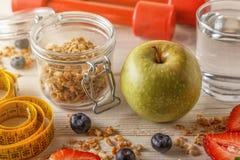 Здоровый завтрак, гантели и измеряя лента на деревянном backgr Стоковое Изображение