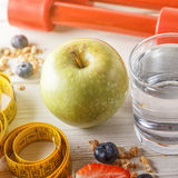 Здоровый завтрак, гантели и измеряя лента на деревянном backgr Стоковое Фото