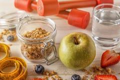 Здоровый завтрак, гантели и измеряя лента на деревянном backgr Стоковые Фото