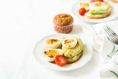 Здоровый завтрак: здравицы с кусками авокадоа, томатом, паприкой и яичками Стоковая Фотография RF