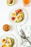 Здоровый завтрак: здравицы с кусками авокадоа, томатом, паприкой и яичками Стоковое Изображение RF