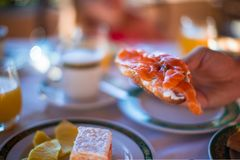 Здоровый завтрак на крупном плане таблицы внутри стоковая фотография
