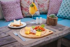 Здоровый завтрак: Омлет с ветчиной, сыром, томатами, здравицами, smoothie манго Стоковая Фотография