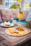 Здоровый завтрак: Омлет с ветчиной, сыром, томатами, здравицами, smoothie манго Стоковое Изображение