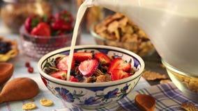 Здоровый завтрак с клубниками и muesli видеоматериал