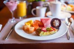 Здоровый завтрак с сочными плодоовощами и чернотой стоковая фотография rf